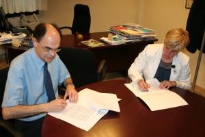 Jose Angel Achón y Arantzazu Zugasti firman el convenio de colaboración