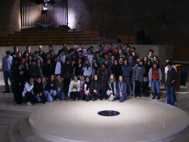 Iñaki de Mujika rodeado de invitados y estudiantes