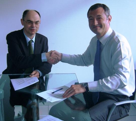 José Ängel Achón e Iñigo Kortabitarte durante la firma del convenio