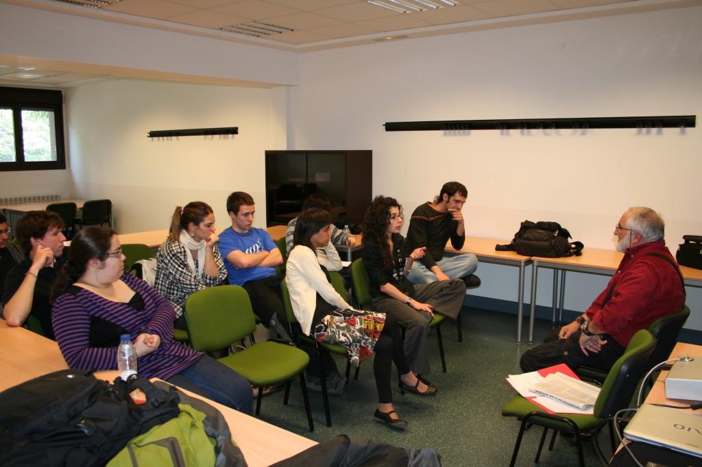 Los participantes preguntan al representante de EB