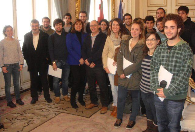 Los alumnos junto al alcalde Juan Carlos Izagirre