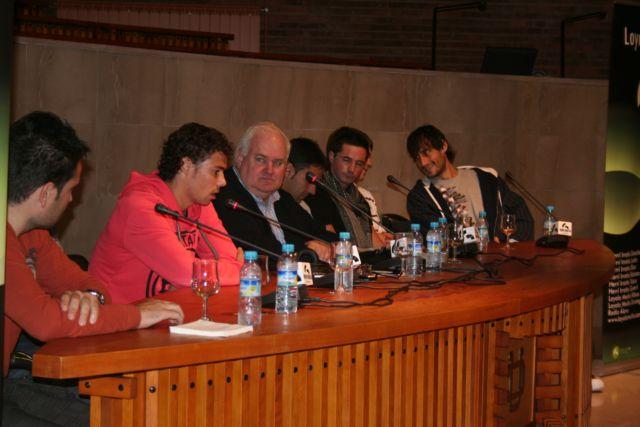 Marcos, futbolista de la Real Sociedad, junto a Iñaki de Mujika